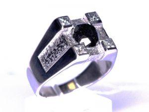 Žiedas Nr.45 ( iš balto aukso, puoštas juoduoju deimantu)