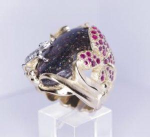 """Žiedas Nr.46 (su saulės akm.""""Kairo naktis"""", puoštas driežu ir drugeliu su rubinais)"""
