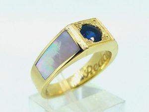 Žiedas Nr.46 (su safyru, iš geltono aukso, inkrustuotas perlamutru)