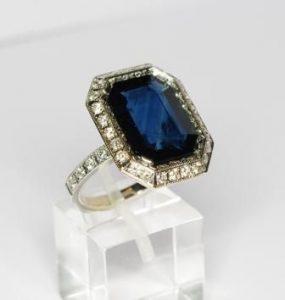 Žiedas Nr.48 (iš balto aukso, puoštas safyru ir briliantais)