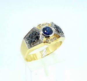 Vyriškas žiedas Nr.52 (iš aukso, puoštas safyru, baltais ir juodais briliantais)