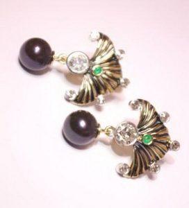 Auskarai Nr.53 (iš geltono aukso, su perlais, puošti smaragdais ir briliantais)