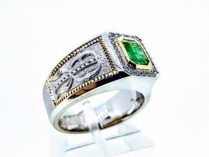 Vyriškas žiedas Nr.57 (iš aukso, puoštas smaragdu ir monograma)