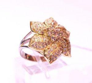Žiedas Nr.58 (iš balto ir geltono aukso, puoštas spalvotais briliantais)