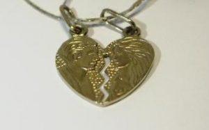 Kolje Nr.6 (iš geltono ir balto aukso, su žvaigždiniu safyru širdelėje)