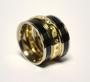 Žiedas Nr.62 (platus, geltono ir balto aukso žiedas, iš atskirų dalių, su emale ir briliantais)