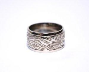 Žiedas Nr.65 (platus, iš balto aukso, su išraižytu piešiniu)