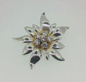 Pakabukas Nr.68 (gėlė iš balto ir geltono aukso, puošta briliantais)