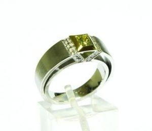 Žiedas Nr.69 (iš platinos, puoštas kvadratiniu žalsvuoju deimantu ir briliantais)