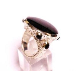 Žiedas Nr.74 (su žvaigždiniu safyru, iš balto, geltono arba raudono aukso)