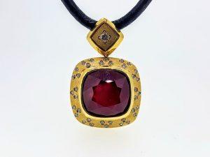 Pakabukas Nr. 77 (iš aukso, puoštas rubinu ir briliantais)