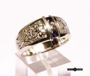 Žiedas Nr.81 (iš geltono aukso, su safyrais ir briliantu)