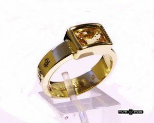 Žiedas Nr.84 (su geltonuoju safyru, iš balto ir geltono aukso)
