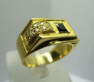 Žiedas Nr.9 (iš geltono aukso, su juodu deimantu ir briliantais)