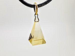 Pakabukas Nr.93 (su piramidės formos citrinu, iš aukso)