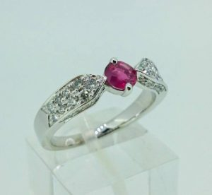 Sužadėtuvių žiedas Nr. 101 (iš balto aukso, puoštas rubinu ir briliantais)