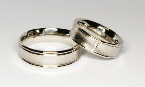 Vestuviniai žiedai Nr.105 (platūs, iš platinos, puošti brangakmeniais)