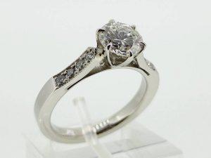 Sužadėtuvių žiedas Nr.108 (iš balto arba kitos spalvos aukso, puoštas brangakmeniais)