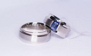 Vestuviniai žiedai Nr.108 (platūs, iš balto aukso, mot.-puoštas safyru)