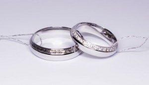 Vestuviniai žiedai Nr.109 (iš balto aukso, akmenimis ir piešiniu dekoruotais kraštais)
