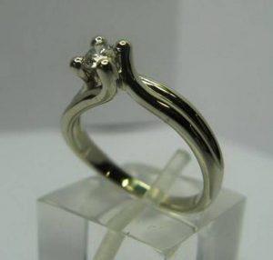 Sužadėtuvių žiedas Nr.10 (iš balto, geltono arba raudono aukso, su briliantu)