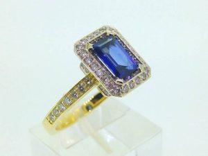 Sužadėtuvių žiedas Nr.111 (iš geltono ir balto aukso, puoštas safyru ir briliantais)