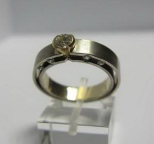 Sužadėtuvių žiedas Nr.11 (modernus, iš balto aukso, su briliantais, matiniu paviršiumi)