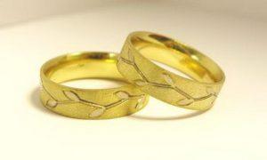 Vestuviniai žiedai Nr.123 (iš geltono aukso, inkrustuoti piešiniu iš balto aukso)