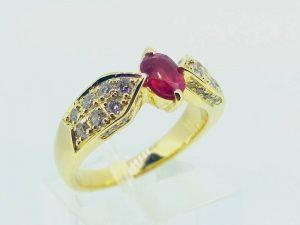 Sužadėtuvių žiedas Nr.126 (iš geltono aukso, puoštas rubinu ir briliantais)