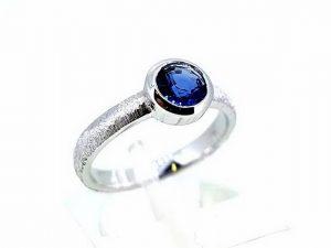 Sužadėtuvių žiedas Nr.142 (su safyru, iš balto arba kitos spalvos aukso)