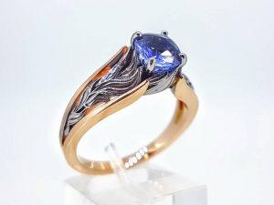 Sužadėtuvių žiedas Nr.144 ( iš dviejų spalvų aukso, puoštas safyru )