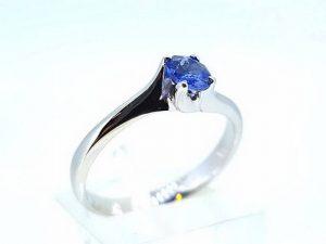 Sužadėtuvių žiedas Nr.145 (iš balto aukso, puoštas safyru)