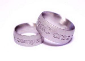 Vestuviniai žiedai Nr.147 (platūs, iš balto aukso, su pasirenkamu užrašu)