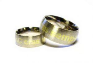 Vestuviniai žiedai Nr.148 (iš balto aukso, su inkrustuotu geltono aukso užrašu)