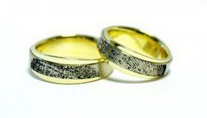 Vestuviniai žiedai Nr.158 (iš geltono aukso, apjuosti baltu auksu, su pirštų anspd.)