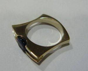 Sužadėtuvių žiedas Nr.15 (modernus, iš balto aukso, su safyru)