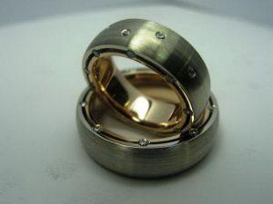 Vestuviniai žiedai Nr.17 (su skirtingų spalvų aukso išore ir vidumi, puošti brangakmeniais)