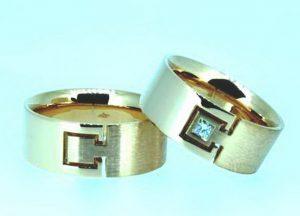 Vestuviniai žiedai Nr.184 (platūs, iš raudono aukso, matiniai, su kvadratiniu deimantu)