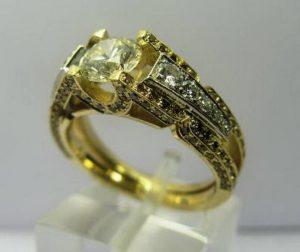 Sužadėtuvių žiedas Nr.1 (iš geltono aukso, puoštas baltais ir rusvais briliantais)