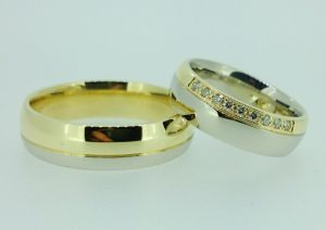 Vestuviniai žiedai Nr. 200 (iš balto ir geltono aukso, mot.-puoštas brangakmeniais)