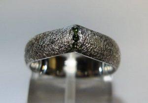 Sužadėtuvių žiedas Nr.20 (iš balto aukso, puoštas žaliais briliantais)