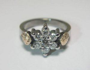 Sužadėtuvių žiedas Nr.24 (iš balto aukso, puoštas brangakmeniais ir geltonu auksu)