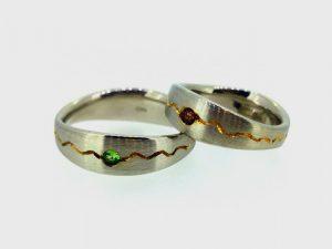 Vestuviniai žiedai Nr. 250 (iš balto aukso, puošti žaliu ir raudonu granatu)