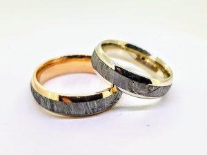 Vestuviniai žiedai Nr.302 (iš aukso, inkrustuoti meteoritu)