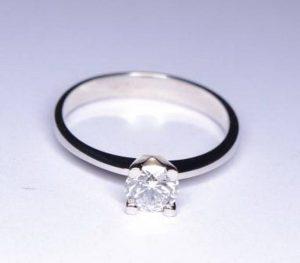 Sužadėtuvių žiedas Nr.31 (klasikinis, iš balto aukso, su briliantu)