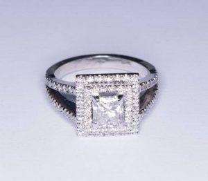 """Sužadėtuvių žiedas Nr.33 (iš balto aukso, su kvadratiniu deimantu """"princese"""" ir apvaliais briliantais)"""