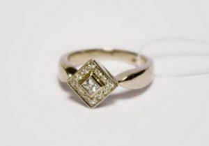 """Sužadėtuvių žiedas Nr.34 (iš geltono aukso, su kvadratiniu deimantu """"princese"""" ir apvaliais briliantais)"""