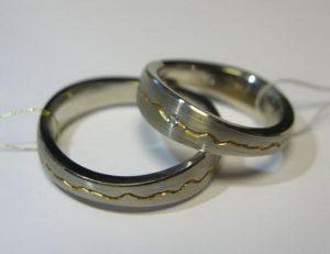 Vestuviniai žiedai Nr.37 (iš balto aukso, skirtingo pločio kraštais, su įgilintu dekoru)