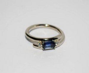Sužadėtuvių žiedas Nr.38 (iš platinos arba balto aukso, su safyru ir briliantais)