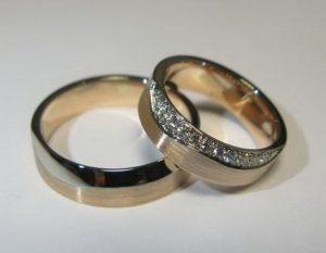 Vestuviniai žiedai Nr.41 (iš raudono aukso, brangakmeniais arba baltu auksu, dekoruotu kraštu)